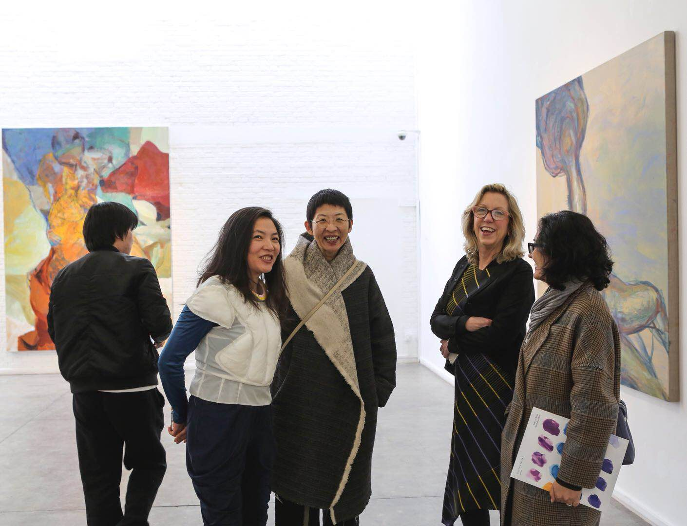 马芝安女士与北京艺门画廊观众交流。Ms. Meg Maggio (the second from the right) talked with visitors at Pékin Fine Arts.jpg