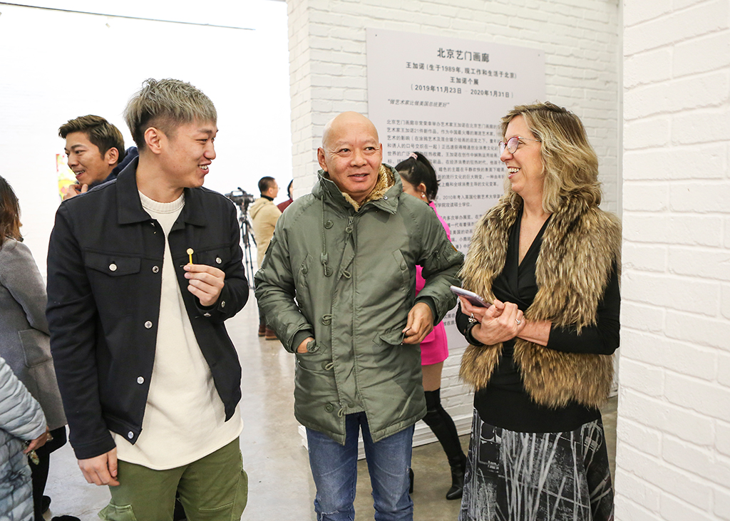 马芝安女士在北京艺门画廊与艺术家交流。Ms. Meg Maggio talked with artists at Pékin Fine Arts.jpg